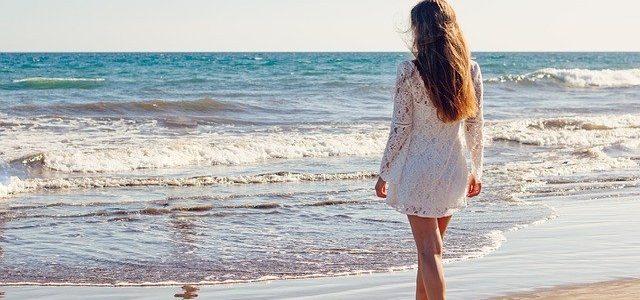 jeune femme mer plage
